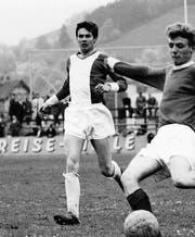 Peter Quarella (links) bei seinem Début in der 1. Mannschaft des FC St. Gallen am 9. Mai 1964 auf dem Espenmoos. Die Gegner waren die Junioren von Manchester United, die den Match gewannen. (Bild: PD)