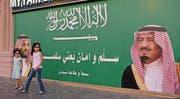 Zwei Mädchen stehen in der Hafenstadt Dschidda vor einem grossen Plakat, das den saudischen König Salman bin Abdulaziz Al Saud (rechts) und den saudischen Kronprinzen Mohammed bin Salman zeigt. (Bild: Reem Baeshen/Reuters (Dschidda, 10. November 2017))