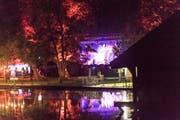 Aus der Ferne: Troubas Kater spielen am Weihern Openair Festival in St.Gallen. (Bild: Ralph Ribi)