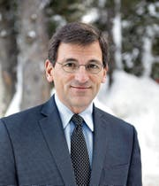 «New York Times»-Korrespondent Peter Baker (50) am Rande des WEF. (Bild: Sandra Blaser (Davos, 25. Januar 2018))
