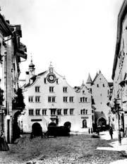 Eine frühe und schon oft publizierte Fotografie des alten Rathauses unten an der Marktgasse vor 1865. Rechts ans Rathaus angelehnt der Kanzleianbau, rechts daneben das Ira-Tor zum Marktplatz/Bohl. (Bild: Stadtarchiv der Ortsbürgergemeinde SG)
