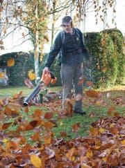 Auf dem Friedhof Feldli wird das Laub nur noch mit Elektrogeräten weggeblasen. (Bild: Urs Bucher)