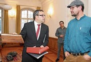 Thomas Weingart, Stadtpräsident von Bischofszell, überreicht dem Quizsieger Manfred Kreis als Preis ein verziertes Küchenbrett. (Bild: Barbara Hettich)