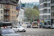 Verkehrsknotenpunkt Blumenbergplatz: Autos und VBSG-Busse müssen aneinander vorbeikommen. (Bild: Michel Canonica)