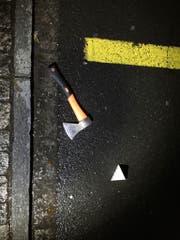 Am Tatort wurde ein Beil gefunden. Es dürfte sich um die Tatwaffe handeln. (Bild: Kapo)