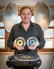 Liebe fürs Detail: Patrick Kessler im Atelier mit seinen transparenten Vinyl-Singles. (Bild: Hanspeter Schiess)
