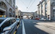 Die Standplätze im westlichen Teil des Bahnhofplatzes seien zu weit weg und schlecht sichtbar, monieren Taxifahrer. (Bild: Hanspeter Schiess)