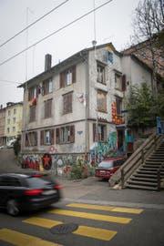 Das Haus Haldenstrasse 23 mit Visieren für einen Neubau. (Bild: Ralph Ribi - 13. Oktober 2016)