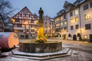 Der Brunnen am Gallusplatz mit neuer Beleuchtung. (Bild: Urs Bucher - 4. Dezember 2017)