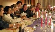 Die Gäste geniessen die fröhliche Tafelrunde, während Regina Stäheli eine Suppenschüssel abräumt. (Bild: Yvonne Aldrovandi-Schläpfer)
