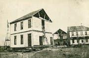 Männer bereiten den Umzug des Hotels vor. (Bild: Kansas Historical Society)