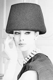 Für Givenchy typischer übergrosser Hut aus dem Jahr 1960, verarbeitet mit einer St.Galler Stickerei von Forster. (Bild: PD)