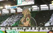 Auf in den Kampf: Die Choreographie der St.Gallen-Fans vor dem Heimspiel gegen die Grasshoppers. (Bild: EDDY RISCH (KEYSTONE))