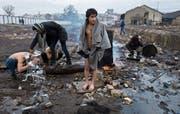 Afghanische Flüchtlinge waschen sich vor ihrem Obdach, einem verlassenen Lagerhaus. (Bild:)