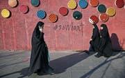 Mehr als die Hälfte der Iraner nutzen Smartphones. (Bild: Ebrahim Noroozi/AP (Teheran, 3. Januar 2018))