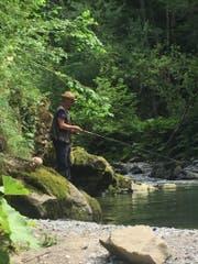 Simon Enzler beim Fischen an der Sitter. (Bild: zVg)