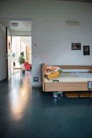 Die Bewohner dürfen im Zimmer Bilder und Fotos aufhängen. (Bild: Sabrina Stübi)