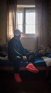Gian-Luca P. in seiner Zelle in der Strafanstalt Gmünden: «Ich habe hier viel reflektiert.» (Bild: Benjamin Manser)