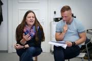 Angelika Ossowski, Psychologin, und Jan Reuter, ärztlicher Leiter der Gravita, geben den Patienten Tipps gegen Schlaflosigkeit. (Bild: Ralph Ribi)