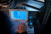 """Die St.Galler """"Cyber Unit"""" setzt sich mit den neuen kriminellen Handlungsformen des digitalen Zeitalters, der Cyberkriminalität, auseinander. (Bild: GAETAN BALLY (KEYSTONE))"""