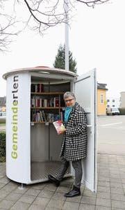 Gemeinderätin Nicole Fischer stellt erste Bücher in die «Büecherbüx» vor dem Erler Gemeindehaus. (Bild: Hannelore Bruderer)