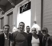 Posieren vor dem Club: Wladimir Klitschko (2.v.l.). (Bild: PD)