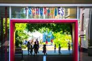 Letzter Schultag im Schulhaus Tschudiwies vor den Sommerferien 2017: Schulkinder vergnügen sich auf dem Pausenplatz. (Bild: Urs Bucher - 7. Juli 2017)