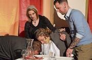 Der Fall ist klar: Der Notar (gespielt von Jonas Bissig) wurde vergiftet. Tanja Traber (gespielt von Carol-Cilgia Rickenbacher) will die Leiche in der Kühlkammer verstauen, bis der Mörder gefunden wird. Dafür holt sie sich zwei Helfer aus dem Publikum. (Bild: Sara Carracedo)
