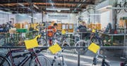 Seit 1994 werden in der Projekt-Werkstatt Velos repariert und verkauft. Arbeitssuchende erhalten hier während sechs Monaten eine Stelle. (Bild: Urs Bucher)