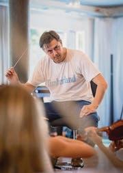 Mit viel Temperament: Dirigent Gabriel Estarellas Pascual. (Bild: Urs Bucher)