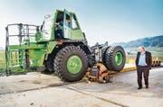 Roger Miauton, CEO der Lithium Storage GmbH, beobachtet den Verlad des E-Dumpers auf den Lastwagenanhänger. (Bild: Andrea Stalder)
