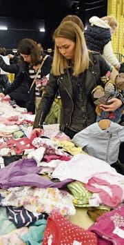 Die Auswahl an Kinderkleidern war gross. (Bild: Yvonne Aldrovandi-Schläpfer)