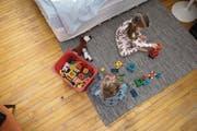 Die Mutter will der Tochter einen Teppich schenken, auf dem sie spielen, und Kisten, in denen sie Spielzeug verstauen kann. (Bild: Getty)