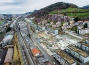 Zwei Grossbaustellen: die Überbauung Bernhardswies beim Bahnhof Haggen (links) und der «Schlösslipark» an der Ecke Haggen- und Wolfgangstrasse. (Bild: Urs Bucher und Benjamin Manser)