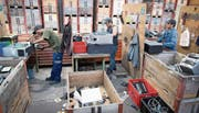 Mitarbeiter der Dock Gruppe in St. Gallen nehmen im Recyclingbereich alte Drucker auseinander. (Bild: Ralph Ribi)