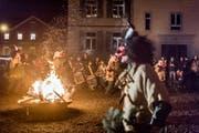 Die Römpler vertreiben den Rappensteiner beim Schulhaus Bruggen. (Bild: Michel Canonica)