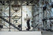 Zwei verschiebbare Türme prägen in diesem Jahr die Bühne der St. Galler Festspiele auf dem Klosterplatz. (Bilder: Michel Canonica)