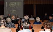 Das Publikum schaut sich den Film «HD-Soldat Läppli» im Saal des Alters- und Pflegezentrums an. (Bild: Yvonne Aldrovandi-Schläpfer)