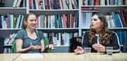 Unsinnige Verbotskultur oder eine Frage der Gleichberechtigung: Anja Signer-Bürkler und Lea Lindenmann (rechts) in der Diskussion über das St. Galler Burkaverbot. (Bild: Ralph Ribi)