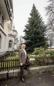 Stolzer Besitzer: Am Donnerstag wird die Tanne von Markus Morant von der Kreuzbleichestrasse auf den Klosterplatz geflogen. (Bild: Hanspeter Schiess)