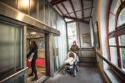 Der seitlich neben der Liftkabine angeordnete Warteraum und Einstieg in der heutigen Talstation. (Bild: Ralph Ribi - 22. Oktober 2014)