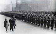 Im März 1939 stellt sich der neue Liechtensteinische Fürst Franz Josef II. in Berlin vor. Er will herausfinden, ob Hitler sein Land schlucken will. (Bild aus: Peter Geiger, Krisenzeit, Chronos-Verlag)