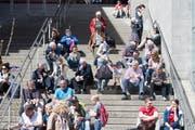 Einer der beliebten Treffpunkte zur Mittagszeit: Die Treppe zwischen den Hallen 3 und 5. (Bild: Michel Canonica)