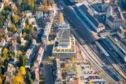 Der Platz zwischen Fachhochschule St.Gallen und Bahnhof (rot markiert) hat noch keinen Namen. (Bild: Urs Bucher)
