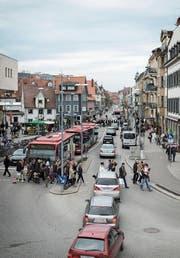 Die Autoschlange weist den Weg ins Einkaufscenter Lago in Konstanz. (Bild: Benjamin Manser)