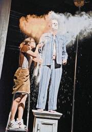 Der arme Mann auf dem Sockel sieht noch nicht leidend genug aus: Szene aus Becketts «Katastrophe». (Bild: Tine Edel)