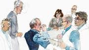 Adrian Bachmann, Anwalt der Stadt (stehend), findet klare Worte gegen Bruno Hug (Mitte) und Mario Aldrovandi (rechts). Kesb-Präsident Walter Grob (links aussen) hört gespannt zu. (Bild: Illustration: Robert Honegger)