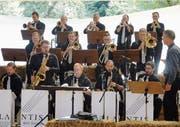 Umgeben von Strohballen spielt die Atlantis Big Band in der Gertau. (Bild: Erwin Schönenberger)