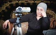 Mit der Kamera gegen das Vergessen: Menschenrechtlerin Taita. (Bild: pd/Cineworx)