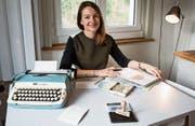 Doris Büchel adressiert ihr Magazin mit Schreibmaschine und Stempel. (Bild: Sabrina Stübi (Buchs, 29. Dezember 2017))